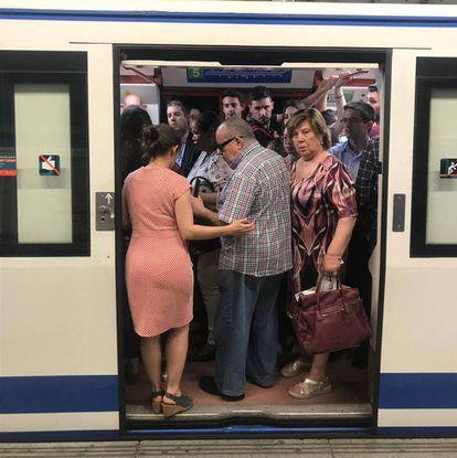 Viajeros intentando hacerse un hueco en un vagón de metro, la semana pasada en Madrid.