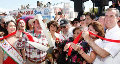 El actor Edward James Olmos (con barba), inaugura el Desfile Anual de la Independencia de México del Este de Los Ángeles, el pasado domingo 7 de septiembre, junto con la supervisora del condado Gloria Molina (a su izquierda), el presidente del Senado estatal, Kevin de León (tras ella), y el alcalde de la ciudad, Eric Garcetti (a la dereccha de la foto).