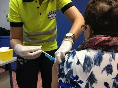 Momento de la vacunación a una mujer mayor de 80 años, en Albacete.