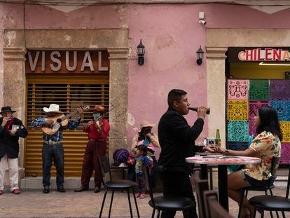Turista en los restaurantes del centro de la ciudad de Campeche. | En video, Campeche el único Estado mexicano en semáforo verde ante la pandemia por coronavirus.