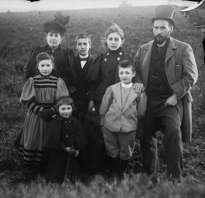 Autorretrato familiar de Cajal con su esposa, Silveria, y sus hijos, hacia 1895.