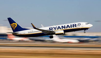Un avión de Ryanair despega en el aeropuerto de Mallorca.