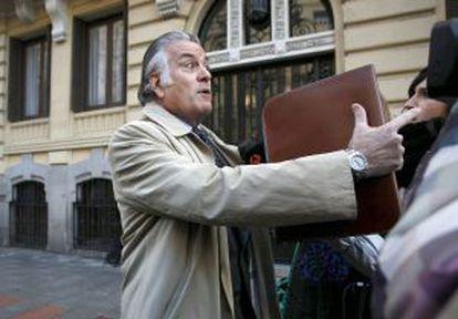 Luis Bárcenas, fotografiado el martes a la salida de su domicilio.