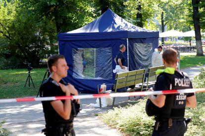 Agentes de la policía alemana investigan la escena del asesinato de un antiguo rebelde checheno en un parque de Berlín, en agosto del año pasado.