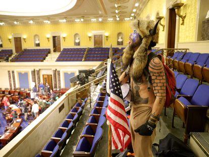 En la fotografía: Jacob Chansley, uno de los atacantes al Capitolio. En vídeo: las imágenes publicadas por Luke Mogelson, reportero de 'The New Yorker', del asalto al Congreso del pasado 6 de enero.