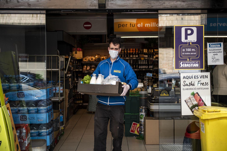 Un trabajador de supermercado preparando una entrega a domicilio en Igualada.