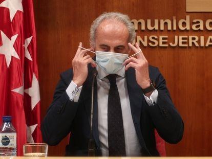 El consejero de Sanidad de Madrid, Enrique Ruiz Escudero, se quita la mascarilla antes de ofrecer la rueda de prensa.
