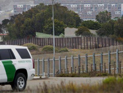 Un coche de la policía fronteriza junto a la valla entre California y México