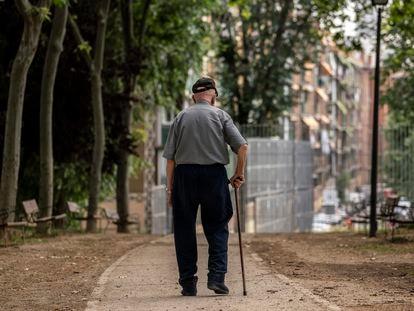 Un hombre mayor caminando por el parque Caramuel, en el barrio de Puerta del Ángel de Madrid el 5 de junio.