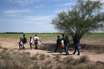 Migrantes centroamericanos, en Roma, Texas, el pasado jueves.