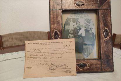 Recibo de Ramiro Montoya sobre una fotografía de su abuela, fallecida en 1940.