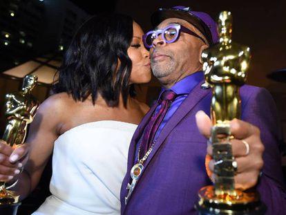 """Regina King y Spike Lee, en la fiesta del Governors Ball. En vídeo, la reacción de Lee al Oscar a 'Green Book': """"Pensé que el árbitro se había equivocado""""."""