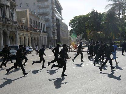 La policía corre durante las protestas del pasado domingo en La Habana, Cuba.