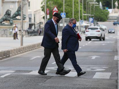 El comisario jubilado José Manuel Villarejo (a la izquierda) llega al Congreso junto a su abogado, Antonio García Cabrera, este jueves.