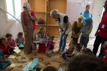 Imanol Arias, con un grupo de niños sirios en uno de los espacios amigos de la infancia del campo de refugiados de Za'atari.