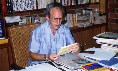 El jesuita asesinado en El Salvador en una imagen de archivo trabajando en su despacho