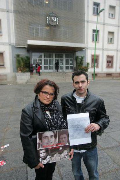 Andrés Cepas y su hermana María José delante de la Audiencia de Córdoba.