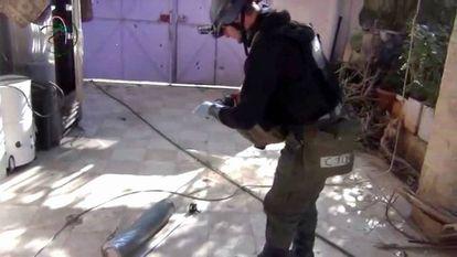 Un inspector en las afueras de Damasco en 2013.