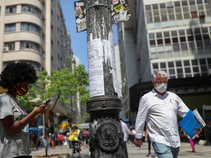 Varios transeúntes, a finales de septiembre en São Paulo.