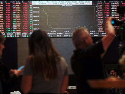 Imagen de un tablero que muestra los valores de la Bolsa de São Paulo, el lunes 12 de marzo.