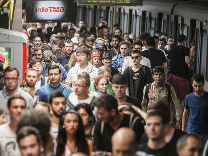 Andén atestado de viajeros durante la última huelga de metro.