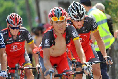 Jani Brajkovic, entre Chris Horner (izquierda) y Lance Armstrong, en la etapa que terminó en Morzine-Avoriaz en el Tour 2010.