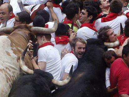 Escenas tremendas de emoción y violencia como esta volverán a reproducirse desde mañana en los encierros de Pamplona.