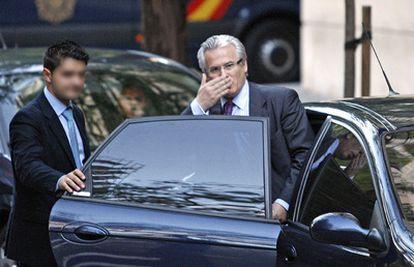 Baltasar Garzón manda un beso a los manifestantes a su salida de la Audiencia Nacional.