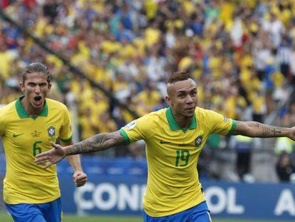 Everton y Felipe Luis celebran el tercer gol de Brasil ante Perú.