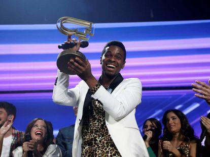 Famous, con el galardón que le acredita como vencedor de OT 2018.