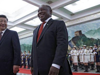 Xi Jinping, junto al presidente sudafricano, Cyril Ramaphosa, este domingo en Pekín.