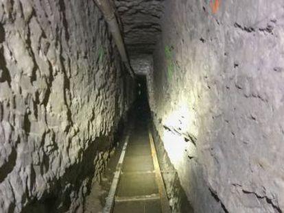 La obra se extiende 1,3 kilómetros bajo la valla desde las afueras de Tijuana hasta San Diego, con raíles, iluminación, ventilación y ascensor