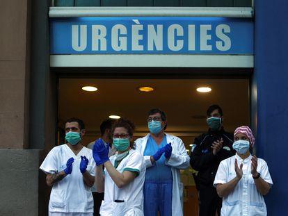 Trabajadores y personal sanitario del Hospital Dos de Maig de Barcelona, devuelven este sábado el aplauso recibido como cada día a las 20:00 por su labor.