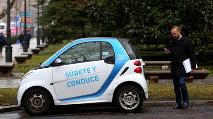 Un usuario de Car2Go se dispone a utilizar un vehiculo en Madrid.