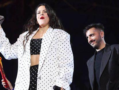 Rosalía, con su premio MTV EMA en la mano. Detrás, El Guincho.