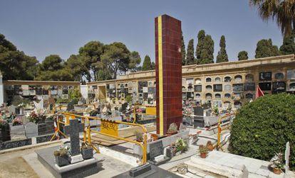 Trabajos en el monolito sobre la fosa de los fusilados en el cementerio de Paterna