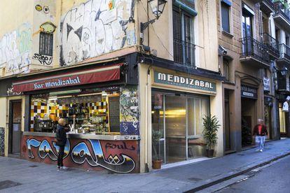 Bar Mendizabal, en el barrio del Raval de Barcelona, en una imagen de  2015.