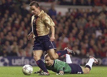 Overmars, a punto de marcar el 1-3 tras superar al portero del Liverpool, Dudek, tendido en el suelo.