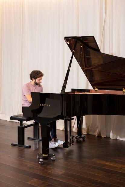 El pianista Chico Pérez, retratado en una tienda de pianos de Madrid.