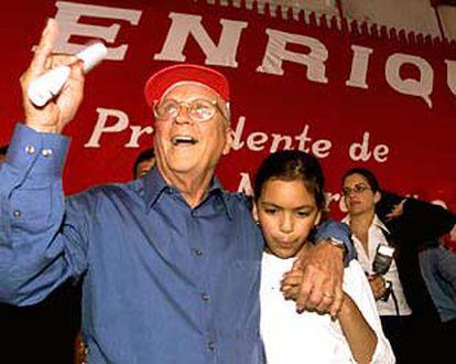 El candidato conservador Enrique Bolaños, junto a una de sus nietas, celebra su triunfo en las elecciones.