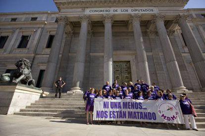 El Movimiento Democrático de Mujeres protesta en el Congreso contra la violencia machista.