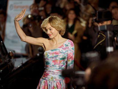 Emma Corrin, en el papel de la princesa Diana, actúa una escena rodada en el Lyceum Theatre para la cuarta temporada de la serie 'The Crown'.
