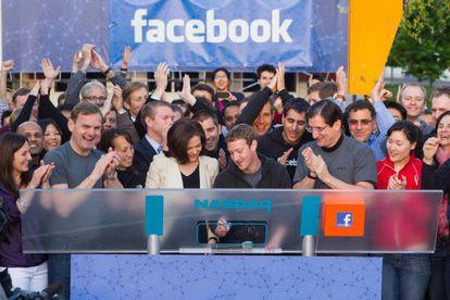 El creador de Facebook, Mark Zuckerberg, junto a su equipo el día que la red social salió a Bolsa