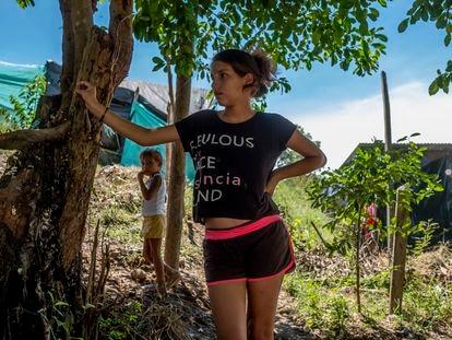 La migrante venezolana Eviainix Paz, de 14 años, embarazada de su primer hijo frente a la caseta donde vive en Tibú, Colombia.