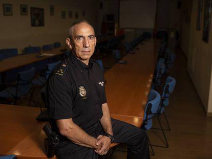 Gabriel, jefe de estafas de la policía de Madrid, retratado en el complejo policial de Federico Rubio y Gali.