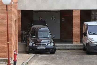 Vista de un coche fúnebre en la residencia de mayores Francisco de Vitoria, de Alcalá de Henares (Madrid), este lunes.