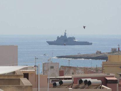 En foto, el Audaz, frente a las costas de Lampedusa. En vídeo, Josep Borrell confía en Italia para acelerar la situación de los inmigrantes del Open Arms.
