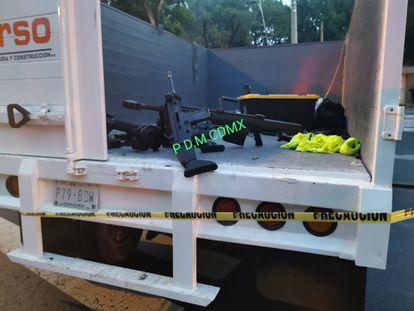 Fotografía cedida por la Fiscalía de Ciudad de México que muestra las armas en el lugar del atentado.