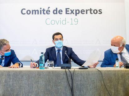 El presidente de la Junta de Andalucía, Juanma Moreno, junto a los consejeros de Presidencia, Elías Bendodo (i), y de Salud, Jesús Aguirre (d), presidiendo este martes en Sevilla la reunión del Comité de Expertos de la pandemia.