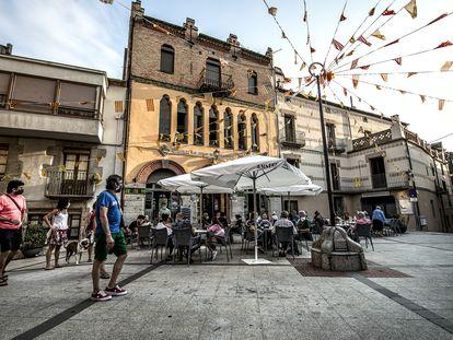 El edificio de la Unió Maçanenca preside la Plaça de la Vila de Maçanet de Cabrenys.
